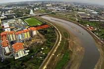 Budování protipovodňové ochrany kolem řeky Moravy v olomoucké městské části Nové Sady