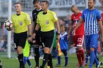 Rozhodčí Radim Dresler (úplně vlevo s míčem) v derby Prostějova se Sigmou