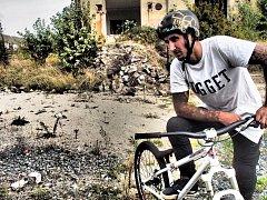 Damjan Siriški při natáčení klipu Daydream v opuštěném armádním komplexu v Olomouci