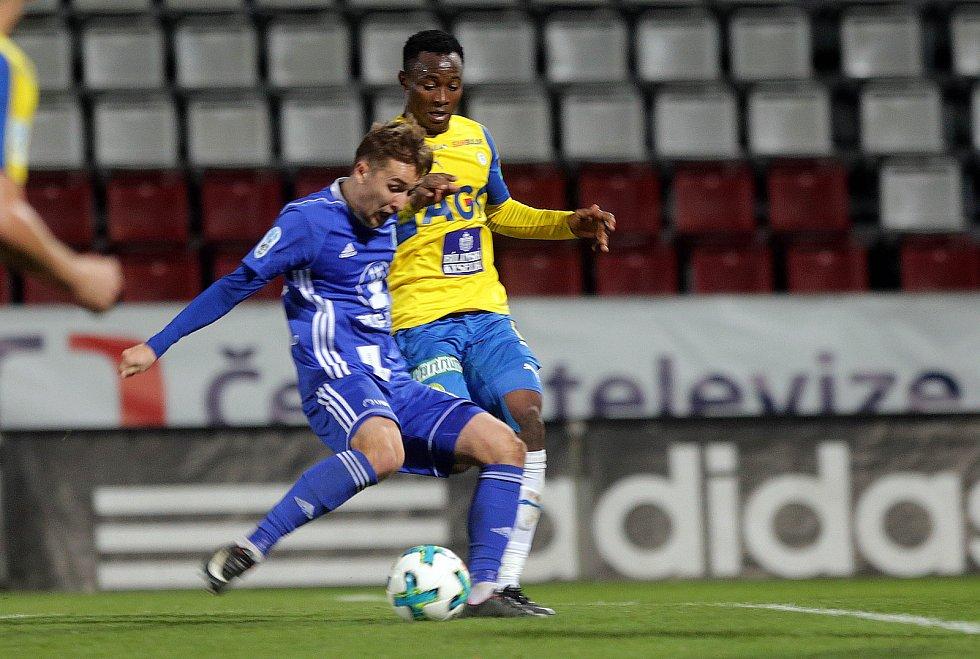 Houska střílí gól na vítězných 1:0. David Houska a Daniel Soune Soungole.