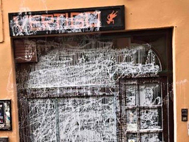 V centru Olomouce se v noci z pátku na sobotu vyřádil vandal, který postříkal barvou například vstup do studentského klubu v Univerzitní ulici.