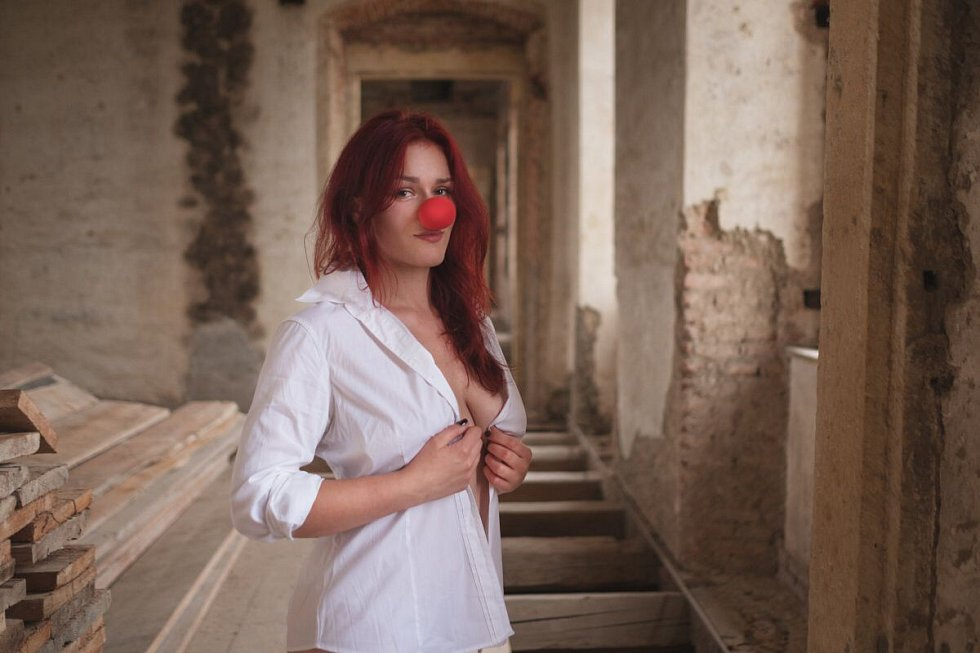 České vzpěračky nafotily na plumlovském zámku kalendář i plakáty s červeným nosem na podporu Konta Bariéry