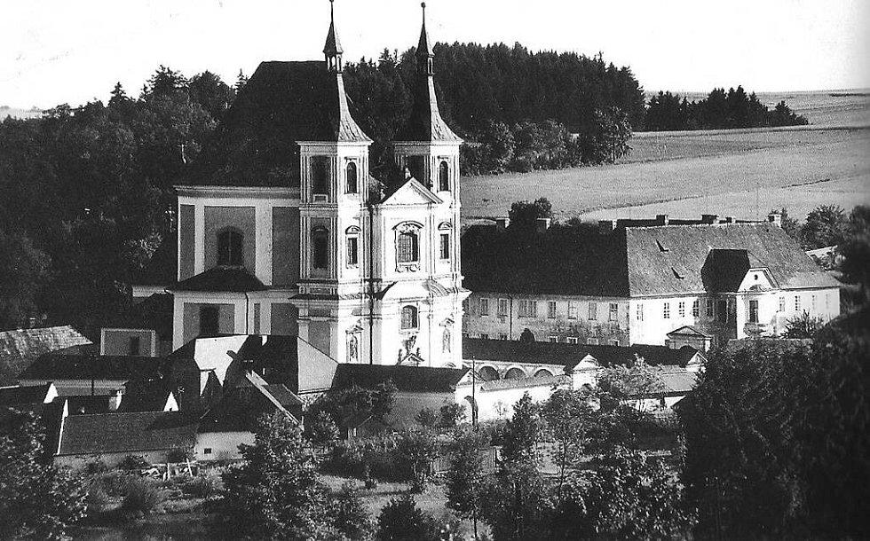Fotografie Staré Vody (Altwasser) pořízená před rokem 1940. Vpravo kláštěr, kolem kostela ambit s kaplemi.