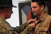 Velitel 3. strážní roty kapitán Petr Liška a vedoucí praporčík Adam K. byli oceněni jedním z nejvyšších amerických ocenění udělovaných vojákům koaličních sil – Bronzovou hvězdou. Na snímku velitel Liška přebírající medaili.
