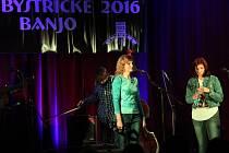 Trampská, folková, country a bluegrassová muzika rozezněla v sobotu 5. listopadu odpoledne Hotel Zámek ve Velké Bystřici na Olomoucku. Už po osmnácté se tam sešli příznivci pohodové hudby. Na snímku je kapela Madalen.