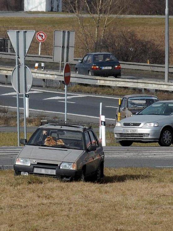 Favorit zaparkovaný vedle kruhového objezdu u Olomouce.