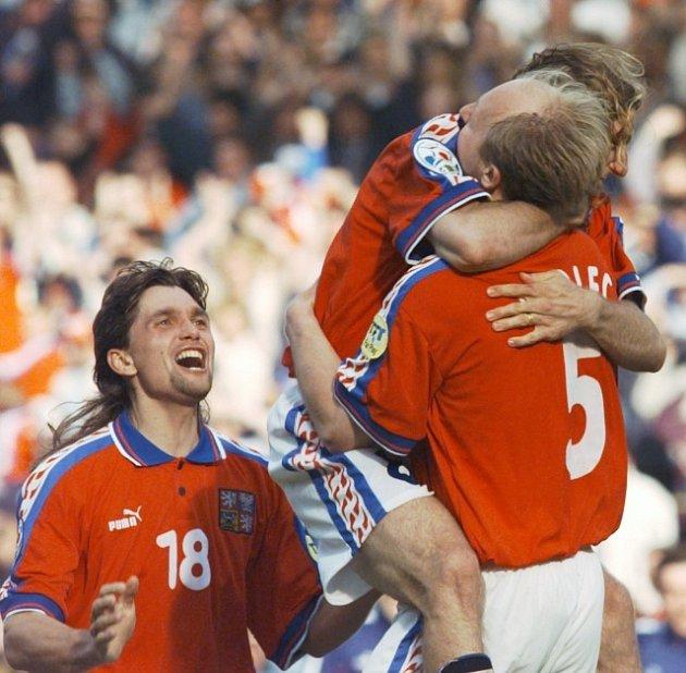 1996 - Martin Kotůlek (vlevo) na Old Trafford slaví sPoborským a Kadlecem vítězství vpenaltovém rozstřelu vsemifinále Eura proti Francii