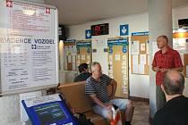 Pracovník evidence vozidel v Olomouci Miroslav Perháč oznamuje čekajícím motoristům, že systém zkolaboval