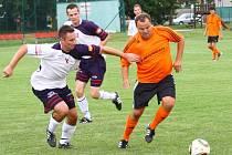 Fotbalisté Hněvotína (v bílomodré) proti Velkým Losinám