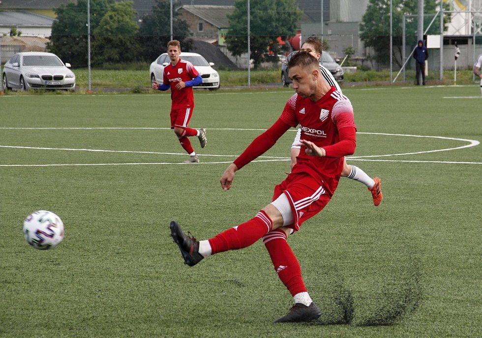 Fotbalisté Uničova (v červeném) porazili v přípravě HFK 2:1.