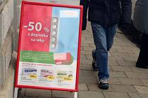 Nejsilnější hráč na lékárenském trhu přišel od ledna s padesátiprocentní slevou z doplatku, kterou nabídl seniorům a dětem. Za to okamžitě schytal kritiku ostatních lékárníků