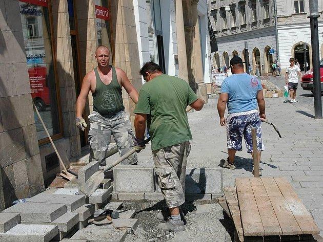Rozkopané chodníky kvůli výměně kabelu na Horním náměstí