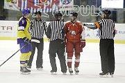 Olomoučtí hokejisté (v červeném) v posledním utkání přípravy hráli proti Zlínu