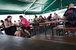 Kvůli vedru se návštěvníci Veggie festu schovávali ve stínu party stanů.