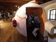 Děti v Pevnosti poznání v Olomouci - děti si zkouší interaktivní model oka