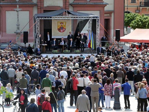 Návštěva prezidenta Miloše Zemana sobčany Hranic na Masarykově náměstí