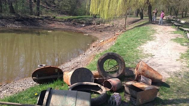 Rybník v Olomouci-Neředíně se vypouští a rybáři vyklízejí odpad na břeh. Odborníci zjistili, že hráz je v havarijním stavu a musí se opravit. Práce skončí v září.