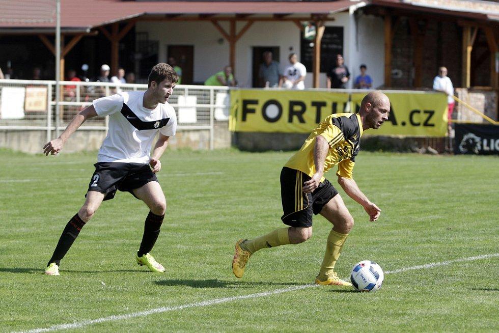Olomoucký divizní tým Nové Sady (ve žlutém) podlehl rezervě Opavy 1:3. Tomáš Režný (u míče).