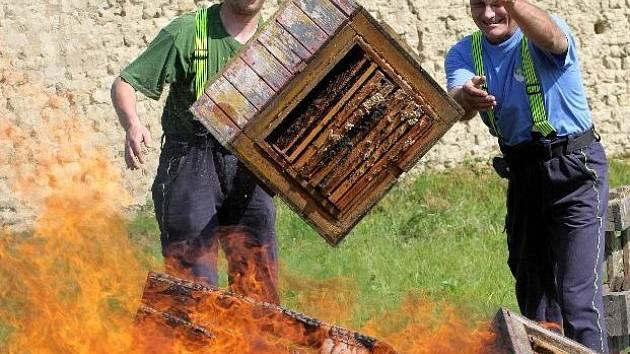 Pálení včelstev