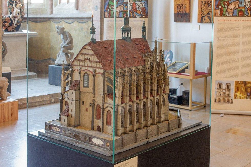 Model chrámu sv. Barbory vKutné Hoře (České muzeum stříbra Kutná Hora), vpozadí ve vitríně nahoře Moralesova Pieta (soukromá sbírka Praha)