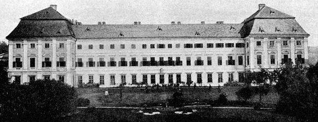 Zámek vDlouhé Loučce kolem roku 1900