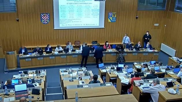 Záběr z přímého přenosu zasedání olomouckého zastupitelstva, které mimo jiné jednalo o zvýšení daně z nemovitosti, 6. září 2021