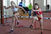 V běhu na 60 metrů přes překážky vyhrála domácí Michaela Gieselová (vpravo).