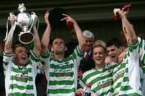 The New saints s trofejí za vítězství ve Velšském poháru v roce 2005