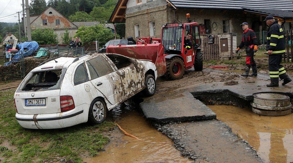 Břevenec místní část Šumvaldu opadla voda a začíná skoro nekonečný úklid.