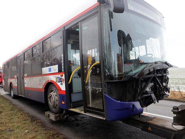 Následky nehody autobusu MHD a tří aut u olomouckých Poděbrad