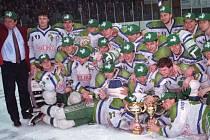 Hokejisté HC Olomouc s trenérem Josefem Augustou (vlevo) a trofejí pro mistry extraligy 1993/94