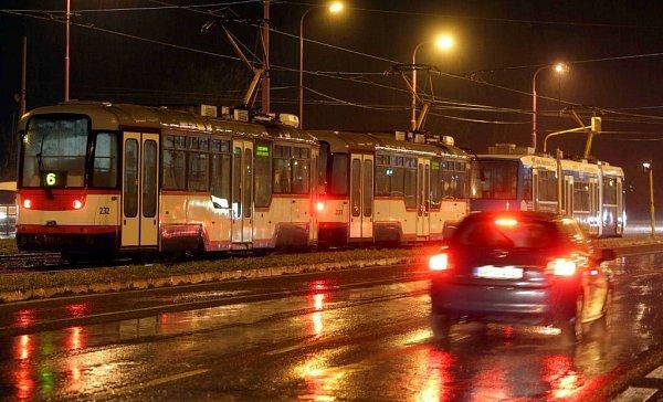Namrzající déšť na trolejích vOlomouci 1.prosince odpoledne zcela zastavil tramvajovou dopravu