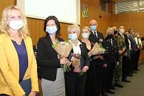Hejtman Olomouckého kraje Ladislav Okleštěk v pondělí udělil 12 medailí lidem, kteří se zasadili o prosazování opatření na potlačení epidemie koronaviru. 22. června 2020