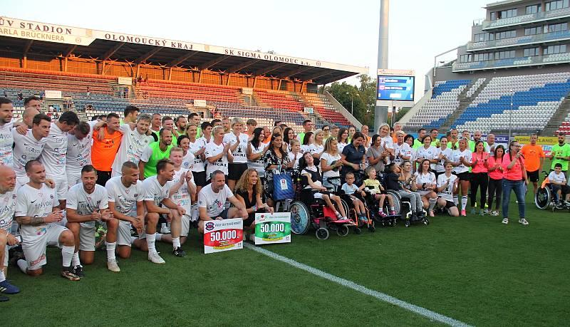 Charitativní utkání mezi týmem osobností Děti dětem a Realem Top Praha skončilo remízou 4:4. Především ale pěti nemocným dětem vyneslo přes 300 tisíc korun.