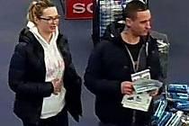 Dvojice podezřelá z krádeže v olomoucké prodejně elektra. Mladík má na krku výrazné tetování, žena zase na pravé tváři piercing