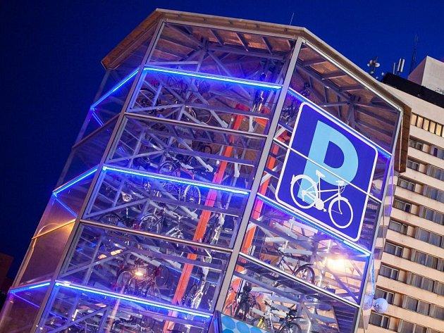 Parkovací věž pro kola v Hradci Králové. Ilustrační foto