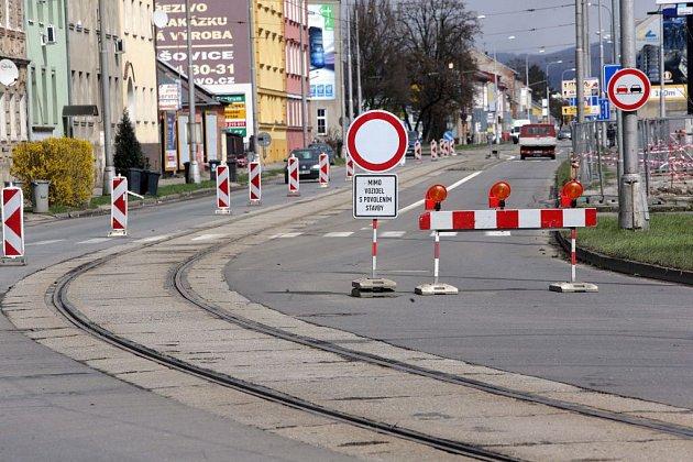 VDivišově ulici je ve směru od Hodolan do Pavloviček uzavírka. Cesta funguje jen jednosměrně