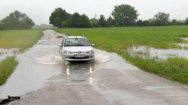 Podmáčeným polím déšť nepomáhá