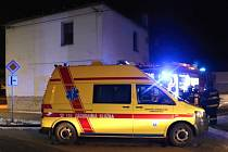 Hasiči a záchranná služba zasahují u požáru ubytovny v Lutíně
