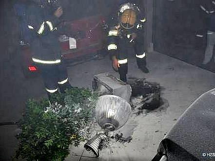 Hasiči vyjěli k požáru v prodejně automobilů značky Mercedes Benz v Olomouci, a to v neděli, kráce před jednou hodinou ranní.