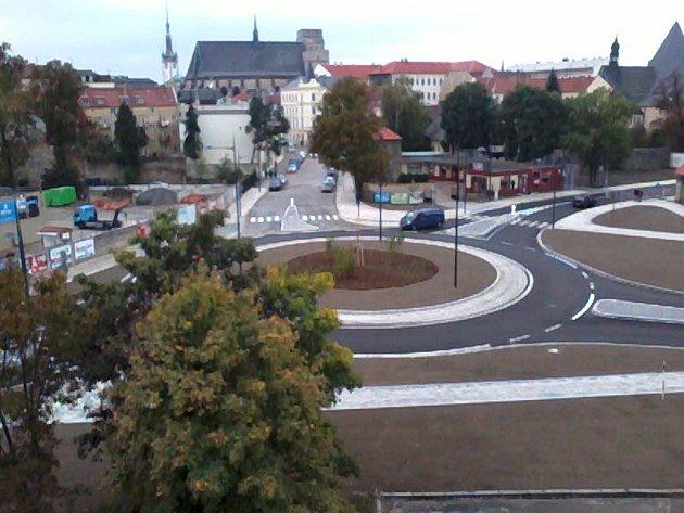 Nový kruhový objezd v Dobrovského ulici v Olomouci.