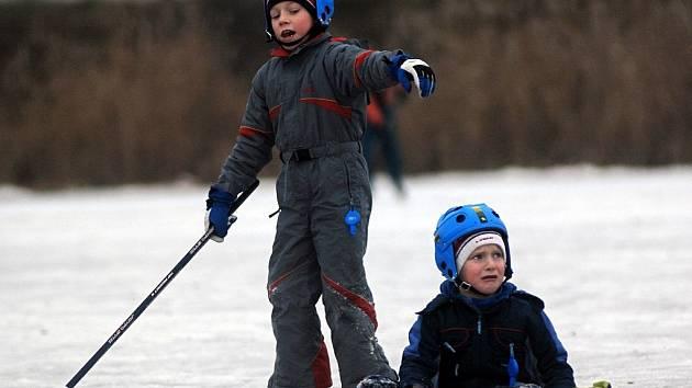 Největší radost ze zamrzlých rybníků mají děti.
