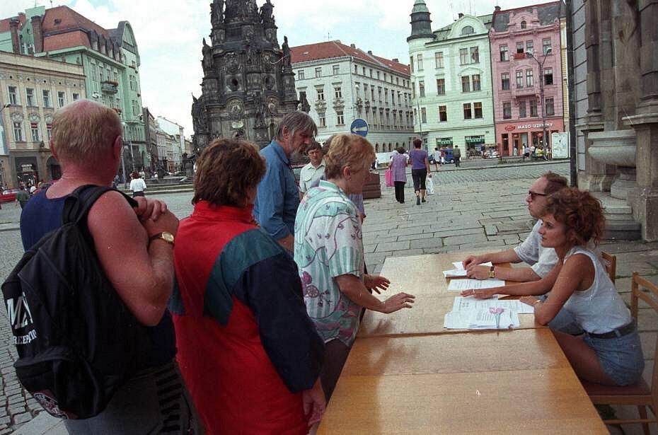 Olomouc, 14. července 1997. Registrace obyvatel potřebujících pomoc na Horním náměstí