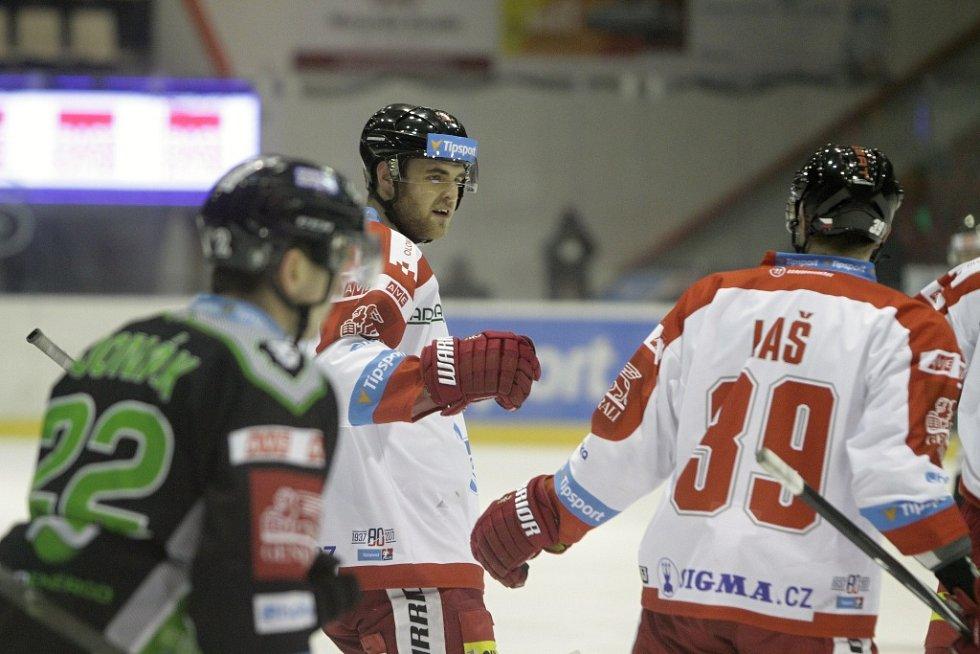 Olomoučtí hokejisté (v bílém) podlehli Mladé Boleslavi 2:4. David Škůrek.