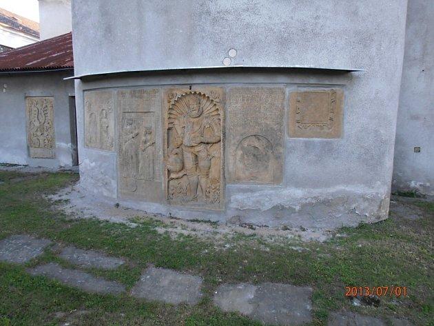 Na vnější zdi kněžiště farního kostele sv. Jakuba Většího v Drahanovicích je soubor šesti náhrobních a pamětních desek z maletínského pískovce a jejich vznik se datuje na polovinu 16. století.