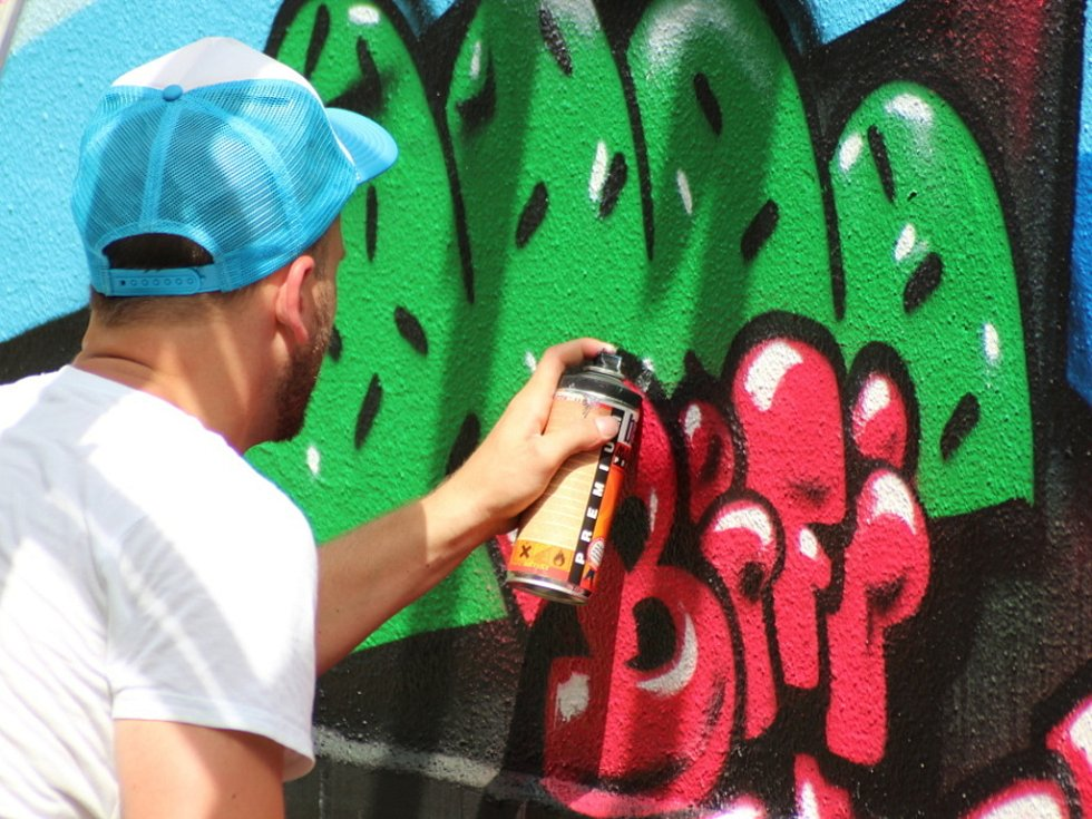 Postavy a nápisy ozdobily v sobotu zadní zeď olomouckého klubu S-Cube. Kolemjdoucí si tak mohou prohlédnout práci nejlepších českých writerů, zjednodušeně řečeno pouličních umělců se sprejem v ruce, kteří se do Olomouce sjeli na Live Graffiti Show 2012.