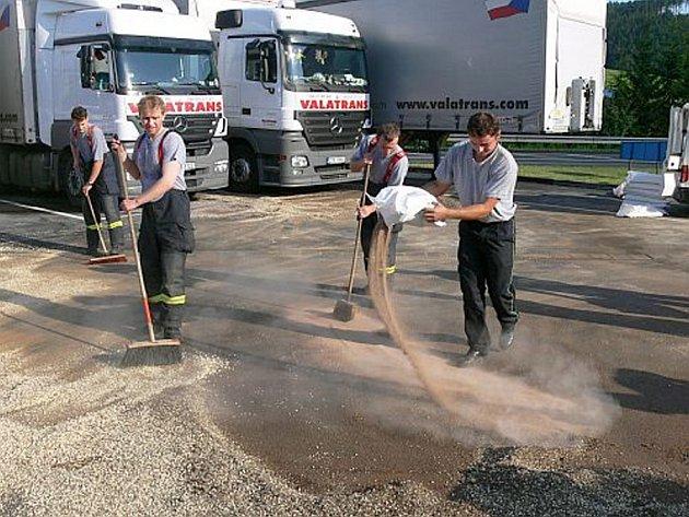 Na likvidaci tisíce litrů nafty spotřebovali hasiči na půl tuny sorbentů.