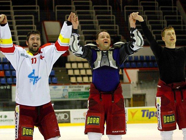 Hráči Olomouce se vrátili z kabiny poděkovat fanouškům.  Dávid Buc, Pavel Patera, Jiří Ondrušek