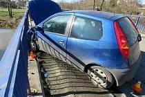 Namol opilý řidič ve Věrovanech naboural do zábradlí mostu
