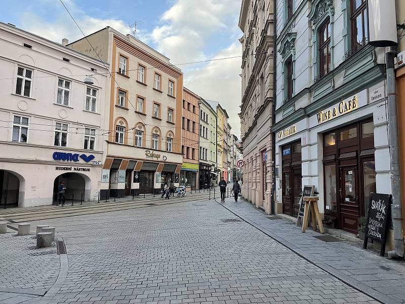 Ostružnická ulice, křižovatka s ulicí Denisova. 13. října 2021
